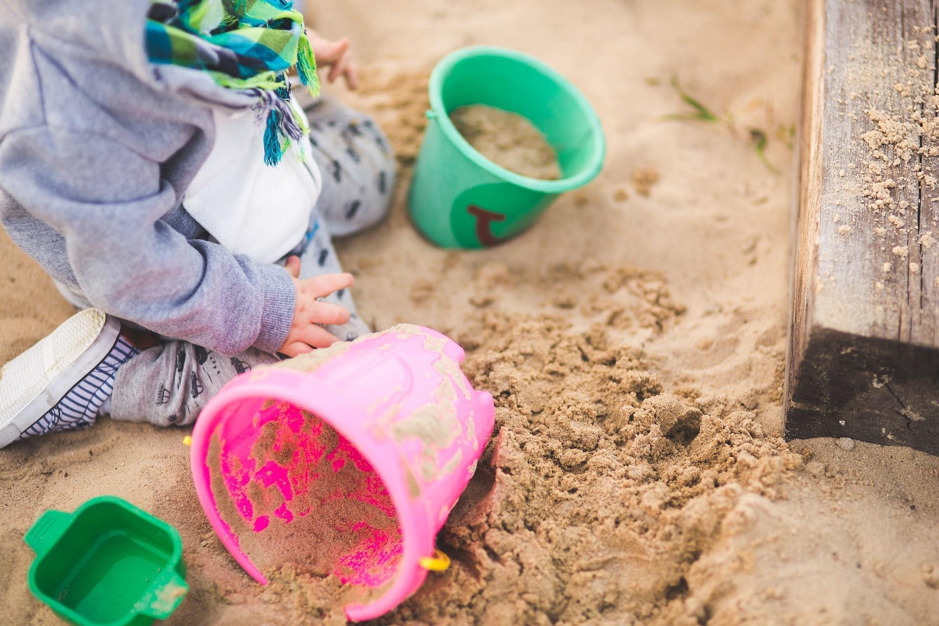 Schone zandbak voor de schoolkinderen